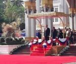 Canel Laos-por-el-Presidente-Bounnhang-Vorachith-en-el-Palacio-Presidencial-de-Laos.-580x435