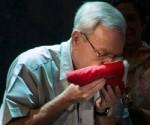 Eusebio Leal besa bandera